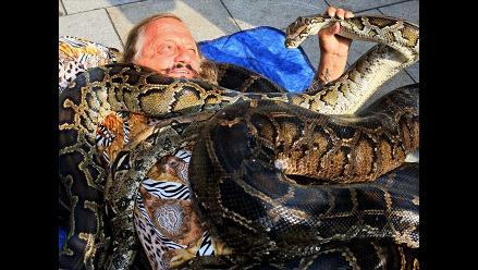 Cirquero checo intenta batir un peligroso récord con serpientes