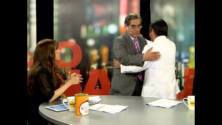 Óscar Ugarte y Bonilla se dan un abrazo en los estudios de RPP Noticias