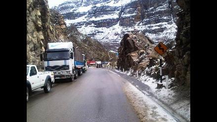 Puno: decenas de vehículos varados por fuerte nevada