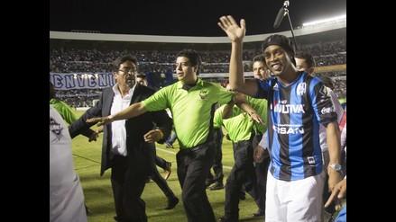 Ronaldinho agradece el cariño de los hinchas del Querétaro en su presentación