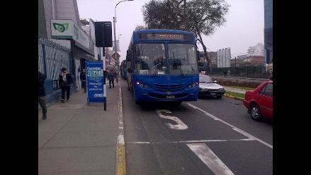 Bus Azul se malogra en av. Arequipa y ocasiona congestión vehicular