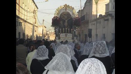 Vea cómo fieles acompañaron recorrido del Señor de los Milagros en Arequipa