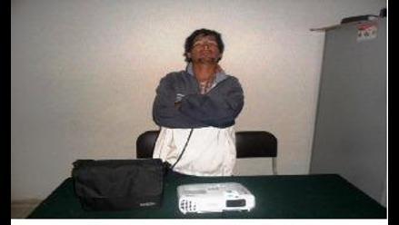 Intervienen a sujeto que hurtaba proyector de iglesia en Cusco