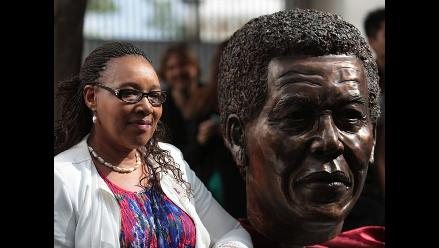 Hija mayor de Nelson Mandela desvela busto de su padre en México
