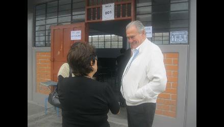 Candidatos regionales José Murgia y César Acuña emiten su voto