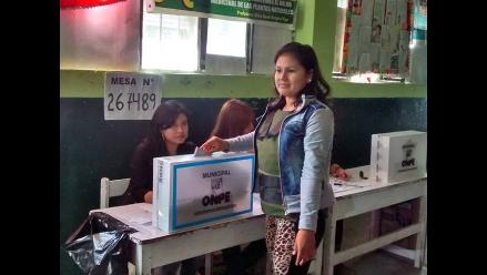 Chimbote: Fiorella Nolasco llegó a votar con chaleco antibalas