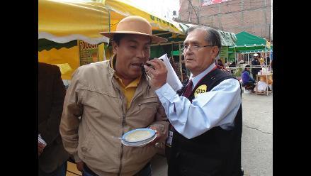 Candidato de Junín Sostenible come mazamorra de Tocosh en desayuno