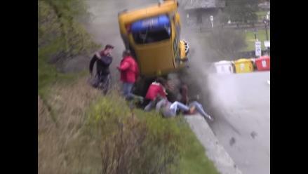 Público de rally salva de morir en espectacular accidente