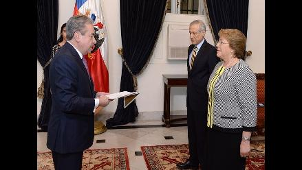 Bachelet recibe credenciales del nuevo embajador peruano en Chile