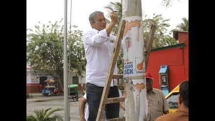 Piura: presidente regional electo limpió postes con propaganda electoral