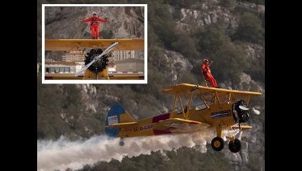 Acróbata de 94 años sobrevuela Gibraltar atado a un avión biplano
