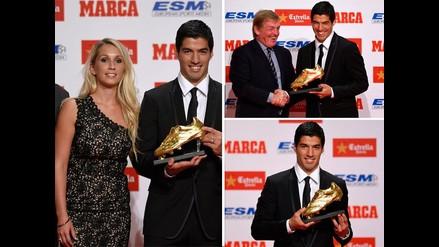 Luis Suárez recibe la Bota de Oro a poco de su debut oficial con el Barcelona