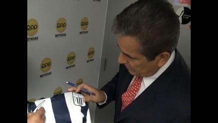 Jorge Luis Pinto firmó camiseta y espera victoria de Alianza Lima en clásico