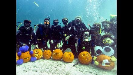 Concurso submarino de tallado de calabazas de Halloween en Florida