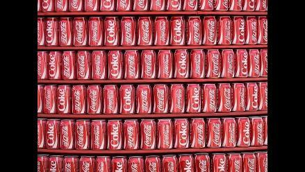 Coca-Cola anuncia recortes de costos tras caída de ganancias