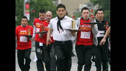 Vibrante tercera edición de carrera de mozos en Santiago de Chile