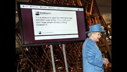 Isabel II envió su primer tuit desde el Museo de la Ciencia de Londres