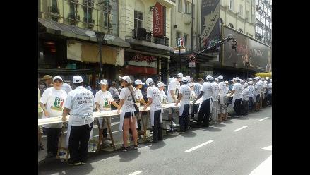 Cocineros argentinos elaboran la pizza más larga de Buenos Aires