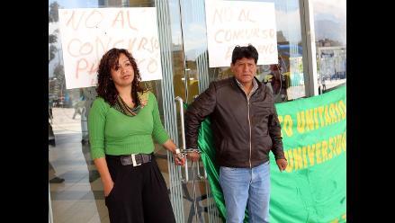 Huancayo: trabajadores de universidad se encadenan