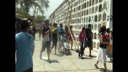 Piura: evitan ingreso a cementerio con depósitos de agua