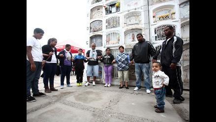 Cientos acuden a cementerios para rendir tributo a sus muertos