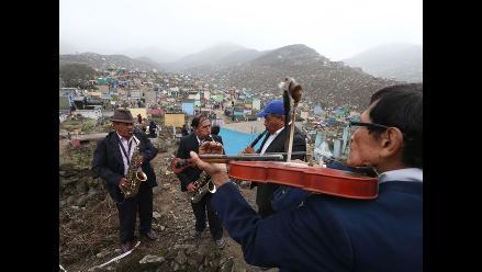 Con oraciones y música población recuerda a los suyos en cementerios
