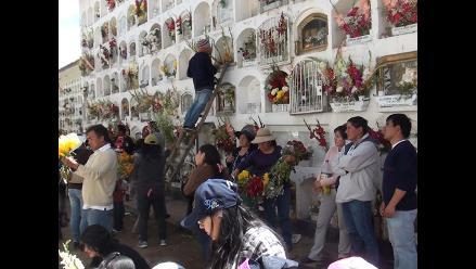 Cementerio de Huancayo luce abarrotado por Día de los Muertos