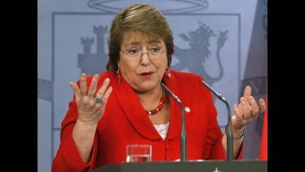 La aprobación de Michelle Bachelet baja al 45 %
