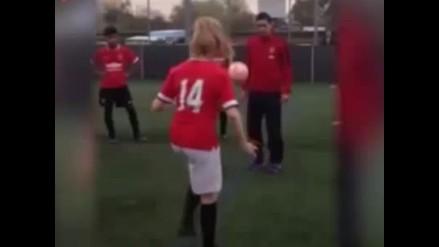 Di María pasó apuros con jugadora de Manchester en reto de dominaditas