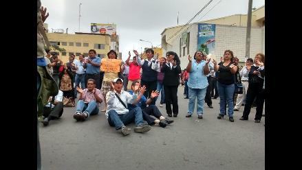 Padres lanzan huevos a Municipalidad Provincial de Huancayo