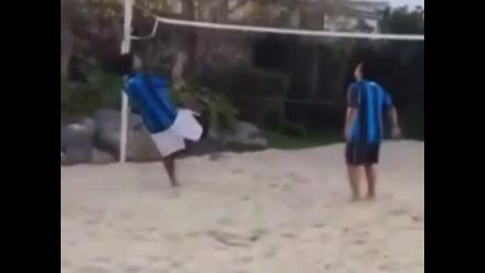 Ronaldinho Gaúcho hace una maniobra de otro planeta en el futvóley