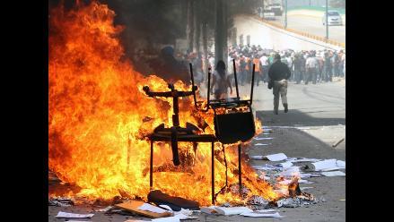 Maestros incendian Congreso estatal en protesta por desapariciones