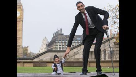 Hombre más alto y más bajo del mundo rompen record Guinness juntos