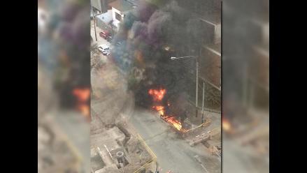 Reportan incendio por explosión en Av. Rivera Navarrete, San Isidro