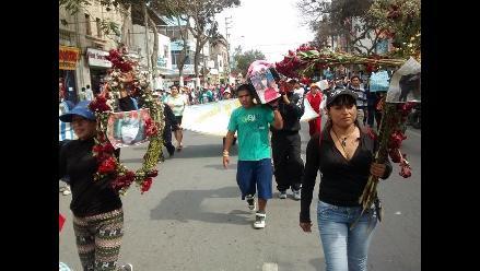 Chiclayo: obreros protestan con ataúd y flores en calles