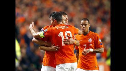 Holanda goleó 6-0 a Letonia y frena el adiós de Hiddink