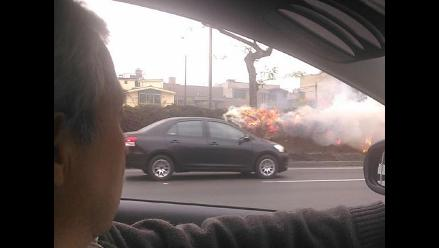 Reportan incendio en berma central de avenida Javier Prado