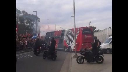 Hinchas de River Plate desatan la locura en salida del equipo a La Boca