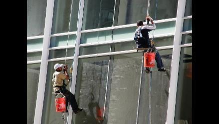 Un limpia ventanas sobrevive a caída de 11 pisos en EE.UU.