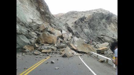 Cusco: deslizamiento de piedra y tierra bloquea la vía Quillabamba-Cusco