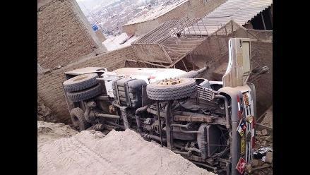 Trujillo: camión cisterna cae sobre vivienda del cerro El Presidio