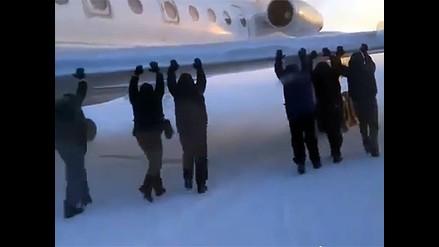 Rusia: pasajeros empujan avión para poder despegar