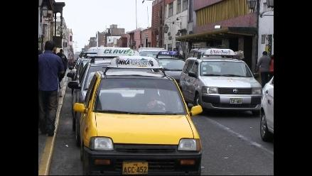 Taxistas dan vuelto con billetes falsos por hospital Almenara, denuncian