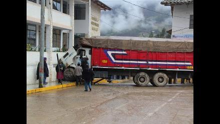 La Libertad: camión choca contra frontis de la Municipalidad de Pataz