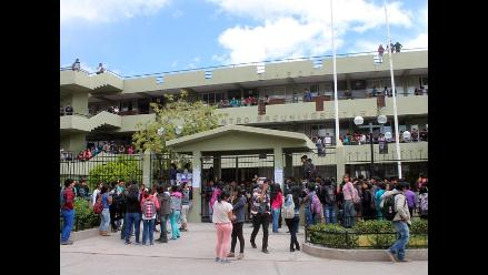 Ayacucho: preuniversitarios toman local por incremento de costos