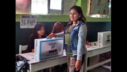 Nuevo Chimbote: Fiorella Nolasco emitió su voto con fuerte resguardo policial