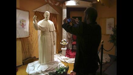 Exponen estatua del papa Francisco hecha de chocolate blanco