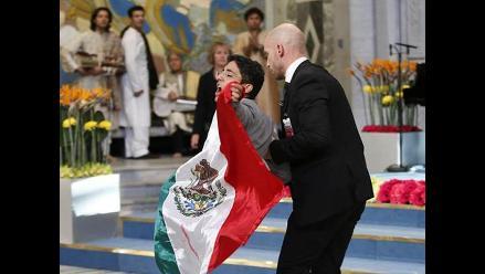 Multan a mexicano que irrumpió en ceremonia del Nobel por alterar el orden