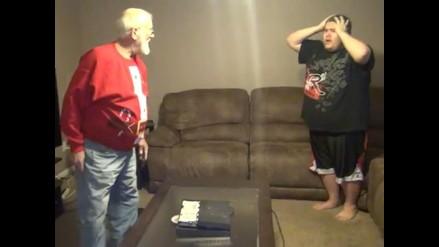 Angry Grandpa: Abuelo destruye a martillazos el PlayStation 4 de su nieto