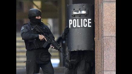 Sídney: Policía busca rescatar sin incidentes a rehenes del café